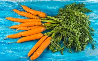 Vista elevada, de, fresco, orgânica, cenouras, ligado, azul, madeira, superfície