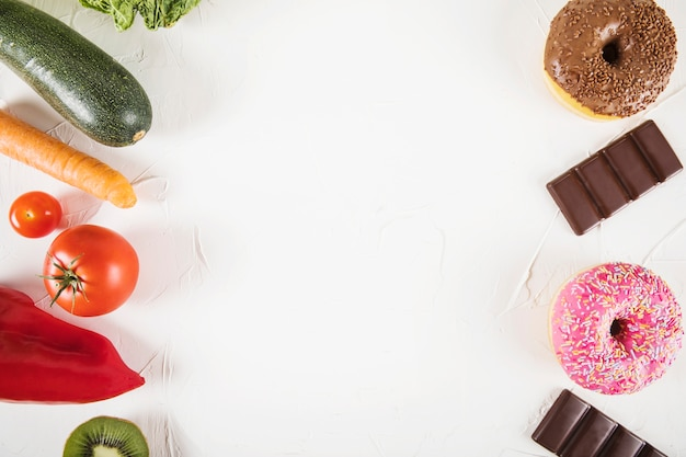 Vista elevada, de, insalubre, alimento, contra, saudável, legumes, branco, fundo