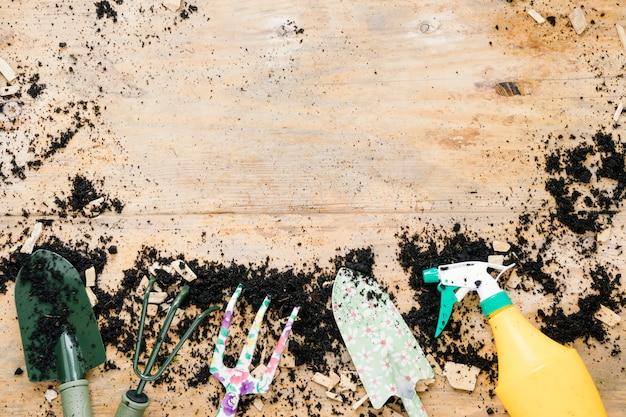 Vista elevada, de, jardinagem, equipamentos, organizado, ligado, solo, contra, tabela madeira