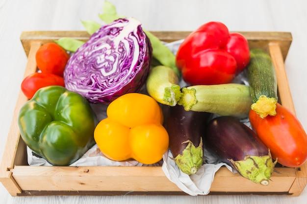Vista elevada, de, legumes coloridos, em, recipiente madeira