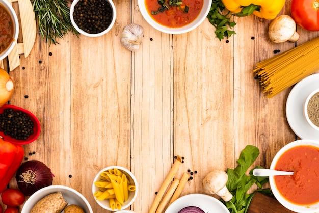 Vista elevada, de, macarronada, ingredientes, organizado, em, quadro, ligado, madeira, superfície