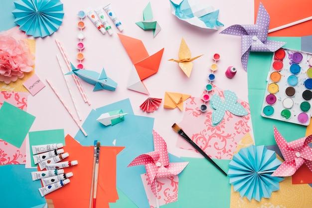 Vista elevada, de, origami, trabalho artesanal, e, equipamento