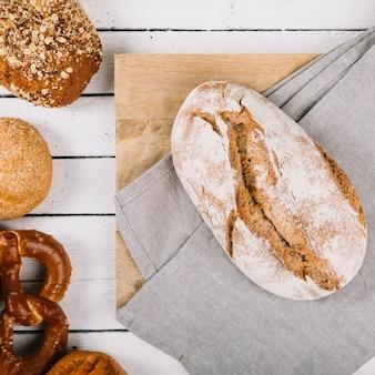 Vista elevada, de, pão, pão, ligado, tábua cortante