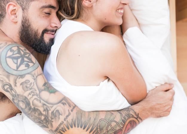 Vista elevada, de, par jovem, dormir, junto, cama