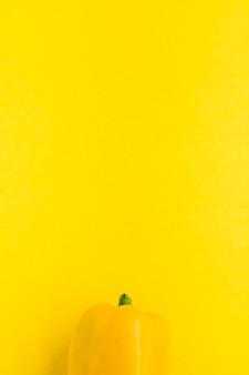 Vista elevada de pimentão em fundo amarelo