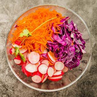 Vista elevada, de, salada fresca, em, tigela