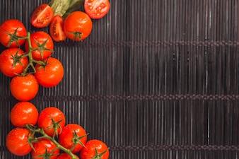 Vista elevada, de, suculento, tomates vermelhos, ligado, placemat