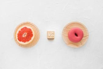 Vista elevada, de, toranja, contra, donut, branco, fundo