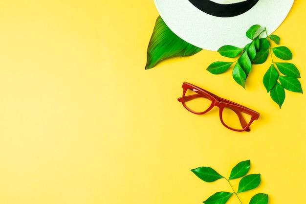 Vista elevada, de, um, chapéu, e, óculos