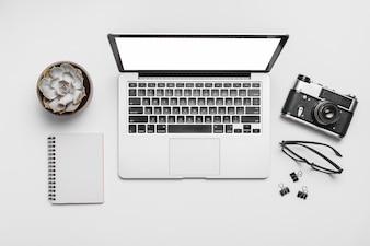 Vista elevada, de, um, laptop, e, retro, câmera, isolado, branco, fundo