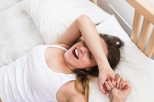 Vista elevada, de, um, mulher bonita, dormir cama