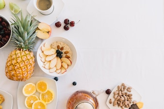 Vista elevada do café da manhã saudável fresco no fundo branco