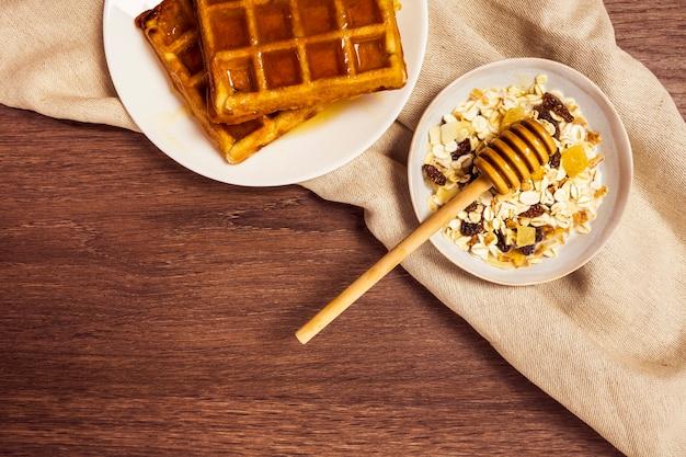 Vista elevada do café da manhã saudável na superfície de madeira
