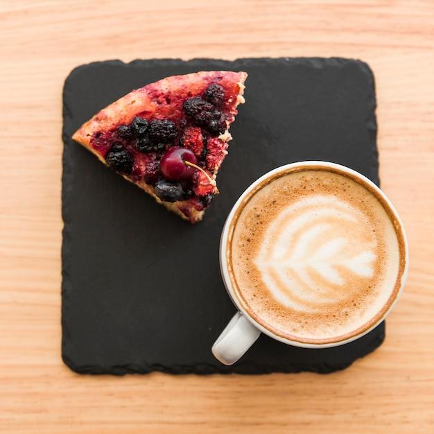 Vista elevada do café e da pastelaria da baga na tabela de madeira