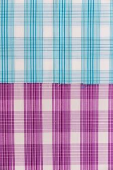 Vista elevada do tecido padrão azul e roxo