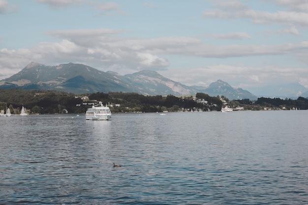 Vista em cenas de lago lucerna e montanhas, lucerna, suíça, europa. paisagem de verão, clima ensolarado, céu azul dramático e dia ensolarado