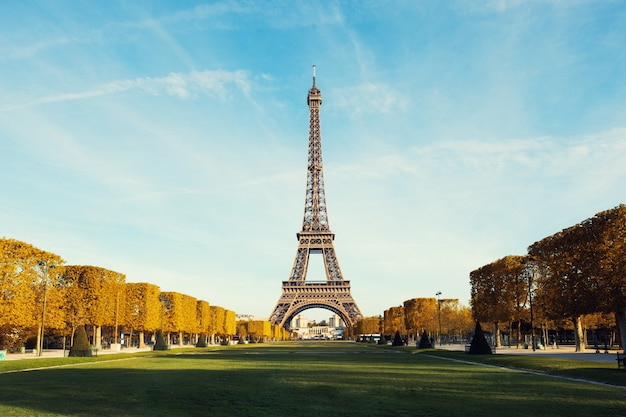 Vista em paris e torre eiffel com o céu azul com as nuvens no outono em paris, frança.