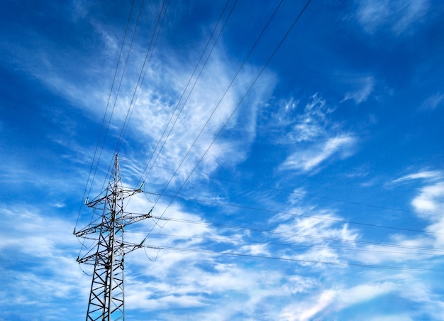 Vista em perspectiva da linha de energia aérea com fios elétricos