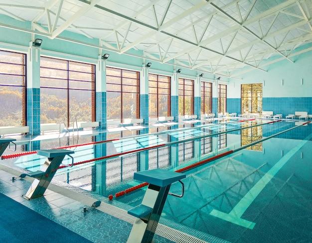 Vista em perspectiva da piscina com plataformas de salto ou blocos de partida