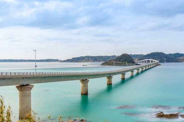 Vista em perspectiva da ponte tsunoshima ohashi em shimonoseki, com uma longa exposição na prefeitura de yamaguchi, junto ao mar do japão