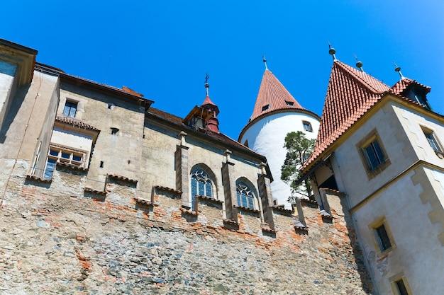 Vista em perspectiva do castelo krivoklat medieval histórico, república tcheca