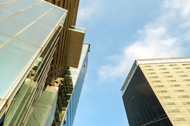 Vista em perspectiva do moderno edifício de arranha-céus de vidro.