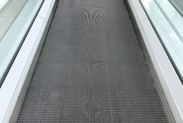 Vista em perspectiva do piso da escada rolante