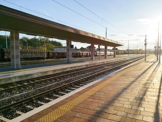 Vista em perspectiva dos trilhos do trem. modo de transporte.