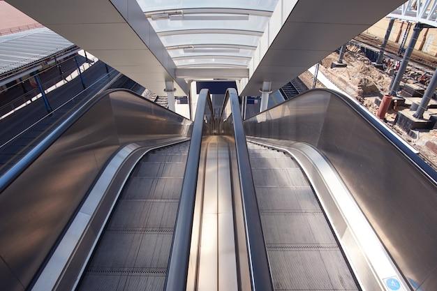 Vista em perspectiva na escada rolante na estação ferroviária