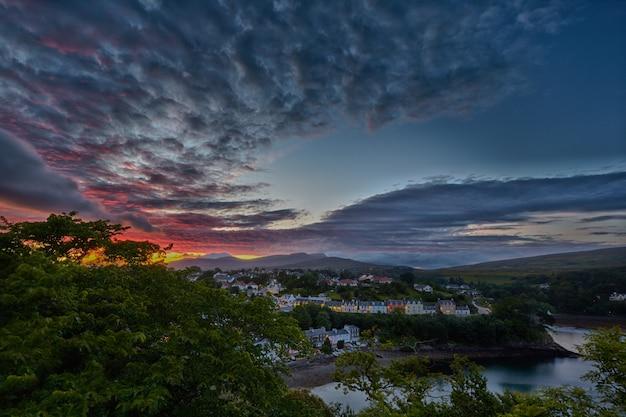 Vista em portree antes do pôr do sol, escócia