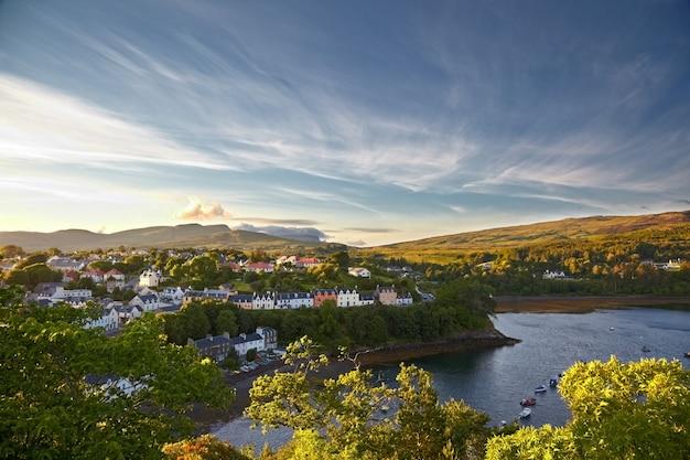 Vista em portree, ilha de skye, escócia
