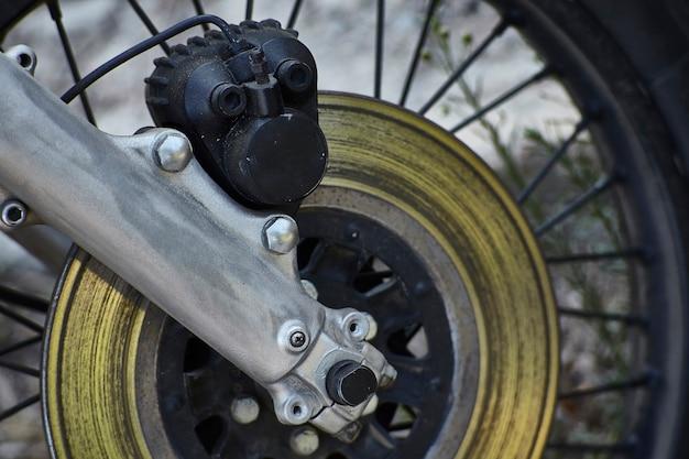 Vista em primeira mão da posição de direção de uma motocicleta vintage