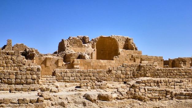 Vista em ruínas antigas. deserto do negev em israel.