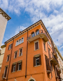Vista em um edifício antigo tradicional de verona, itália