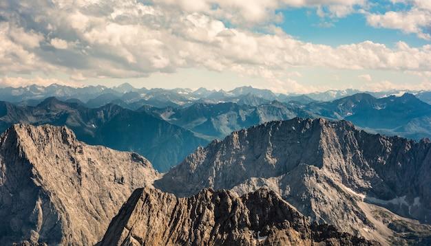Vista encantadora das cadeias de montanhas