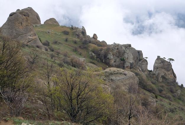 Vista enevoada da montanha rochosa (monte demerdzhi, crimeia, ucrânia)