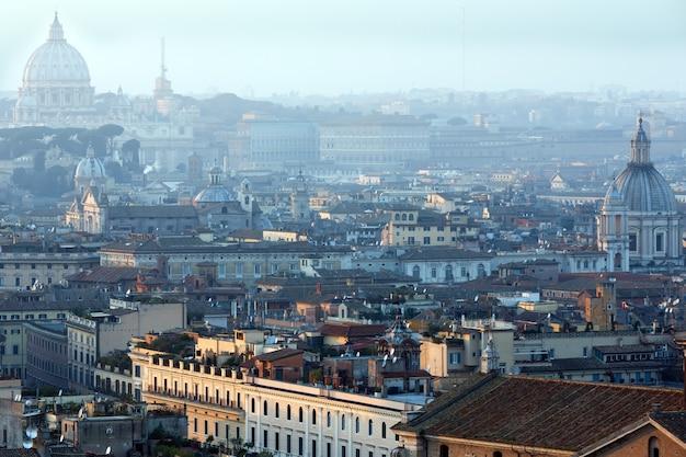 Vista enevoada da noite da cidade de roma do topo de vittoriano.