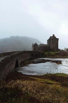 Vista enevoada do castelo eilean donan, reino unido