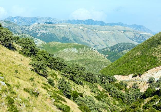 Vista enevoada do desfiladeiro de llogara no verão (albânia)