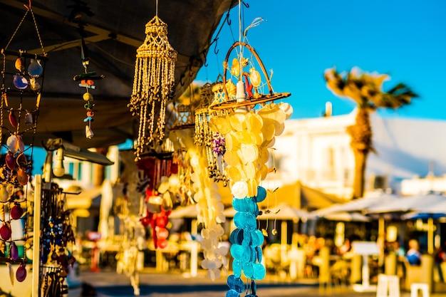 Vista ensolarada de joias artesanais e lembranças no fundo da rua da ilha