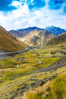 Vista ensolarada do amplo vale verde entre montanhas rochosas em machupicchu