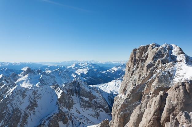 Vista ensolarada. estância de esqui e pistas de esqui na estação do inverno, itália. os alpes dolomitas