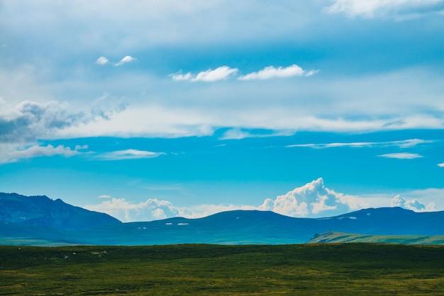 Vista espetacular de montanhas gigantes com neve.