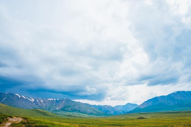 Vista espetacular de montanhas gigantes distantes