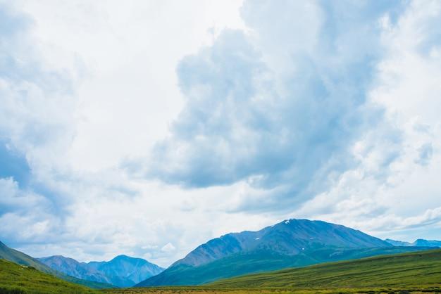 Vista espetacular de montanhas gigantes sob céu nublado