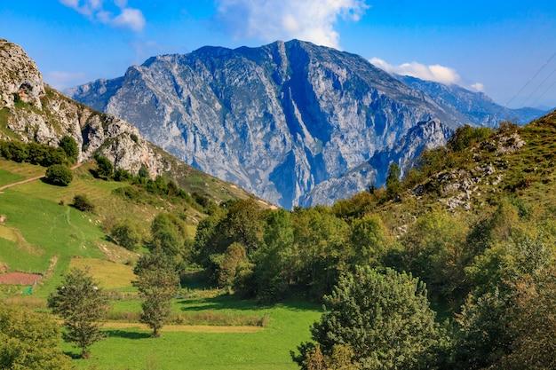Vista espetacular do parque nacional picos de europa de tresviso (cantábria - espanha). postal da montanha, vale e cidade.
