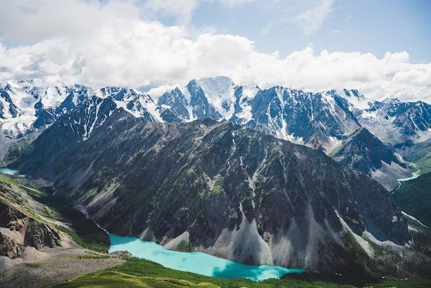 Vista espetacular para o vale cênico com o grande e belo lago das montanhas, cercado por geleiras e montanhas gigantescas de neve. incrível paisagem das montanhas atmosféricas. maravilhoso cenário majestoso da natureza selvagem.