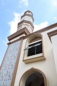 Vista externa da mesquita com minarete