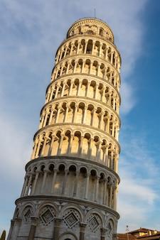Vista externa da torre inclinada de pisa, toscana, itália, em 18 de abril de 2019. pessoas não identificadas