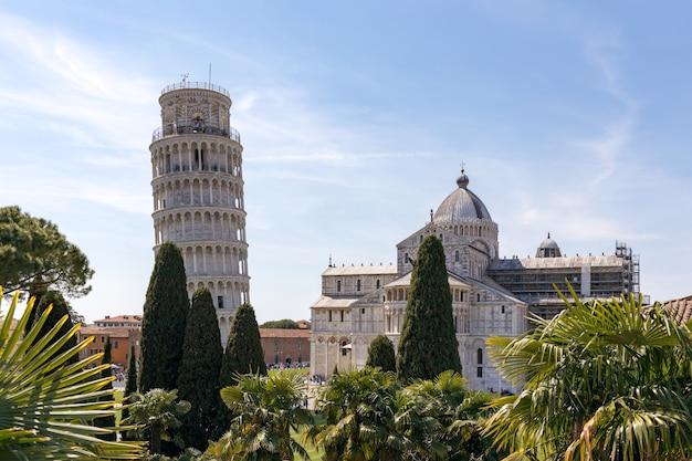Vista externa da torre inclinada e da catedral em pisa toscana itália